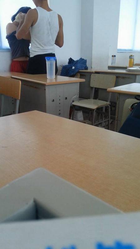 某镇中学的学生情侣在教室内露脸自拍吃禁果,白嫩的小女友很害羞